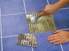 Как приклеить отвалившуюся плитку на стену