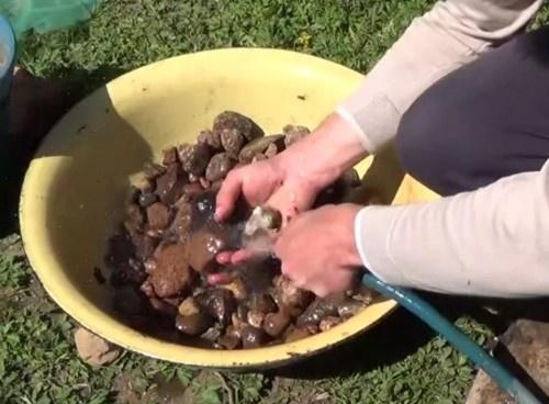 Перед укладкой в бассейн камни можно промыть от пыли