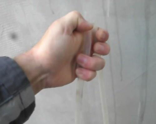 Конец трубки зажать пальцем