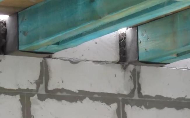Крепление балок в стене