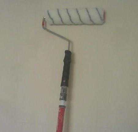 Для удобства можно использовать валик с длинной ручкой