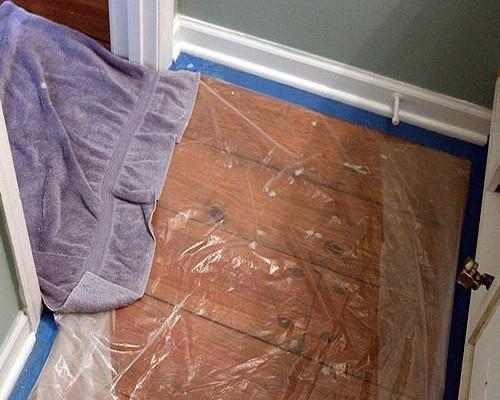 Пол необходимо тщательно застелить и перед входом в помещение положить влажную тряпку