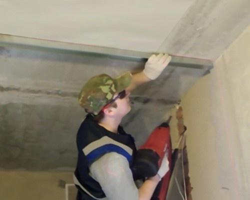 Крепим направляющую на потолок
